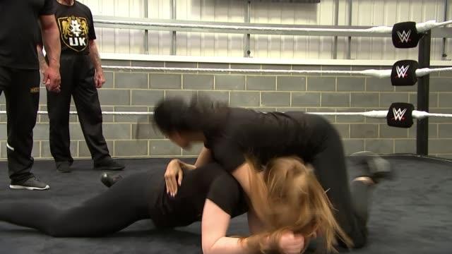 wrestling school opens in london; england: london: enfield: wwe performance centre: int female wwe wrestlers training in ring male wwe wrestlers... - 格闘技リング点の映像素材/bロール