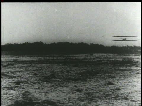 vídeos y material grabado en eventos de stock de wright brothers' airplane flying low over ground on airfield - wilbur wright