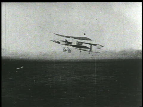 vídeos de stock e filmes b-roll de wright brothers early plane in flight low over ground - 1903