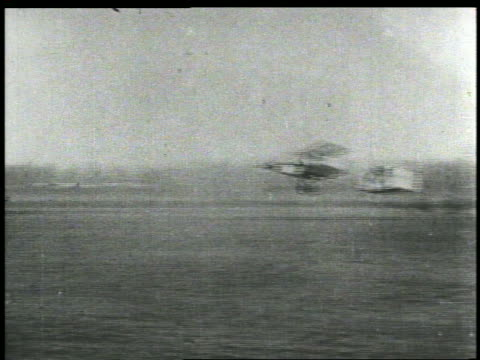 vídeos de stock e filmes b-roll de wright brothers early plane taking off on runway - 1903