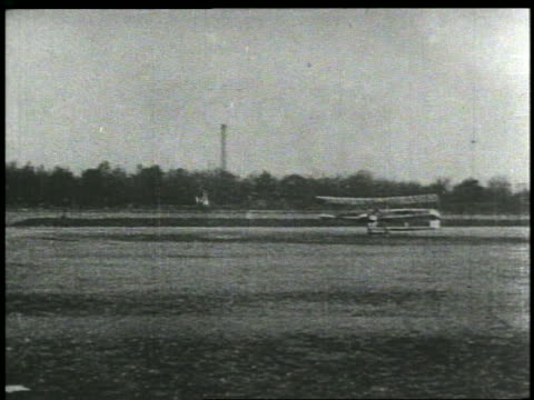 vídeos de stock e filmes b-roll de wright brothers early plane taxiing on runway - 1903