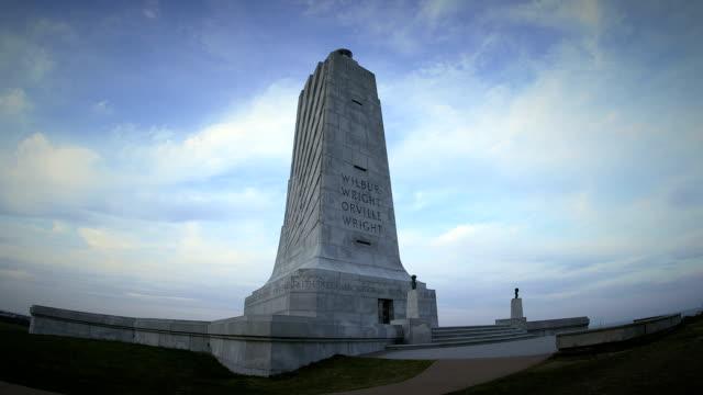 vídeos de stock, filmes e b-roll de monumento nacional wright brothers câmera pan - orville wright
