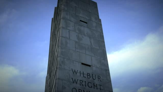 vídeos de stock, filmes e b-roll de monumento nacional wright brothers inclinação para baixo - orville wright