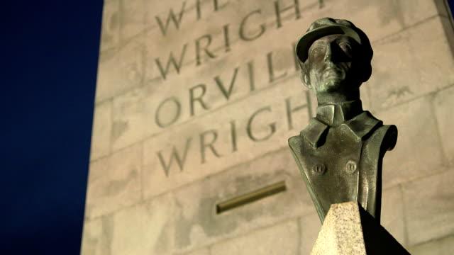 vídeos de stock, filmes e b-roll de monumento nacional wright brothers wilbur câmera inclinada - orville wright