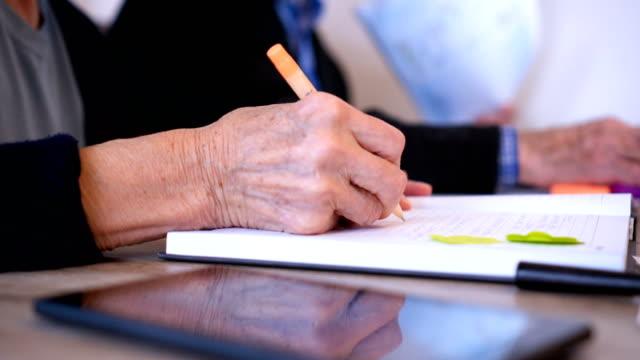 stockvideo's en b-roll-footage met gerimpelde hand schrijven - pen schrijfgerei