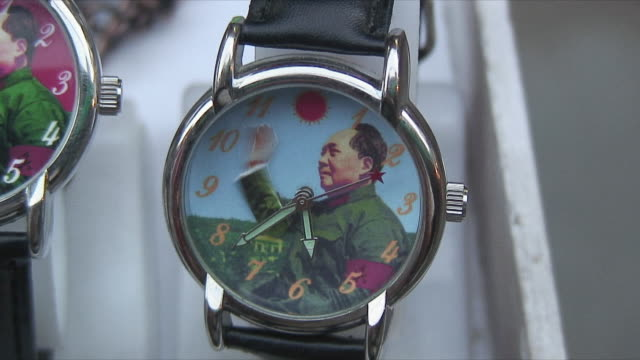 vídeos de stock e filmes b-roll de cu wristwatch with moving picture of mao zedong, xi'an, shaanxi, china - mao tse tung