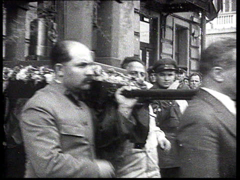 stockvideo's en b-roll-footage met writer maksim gorky's funeral stalin molotov kaganovich ordzhonikidze zhdanov mikoyan aleksey tolstoy carrying urn out of building procession /... - 1936