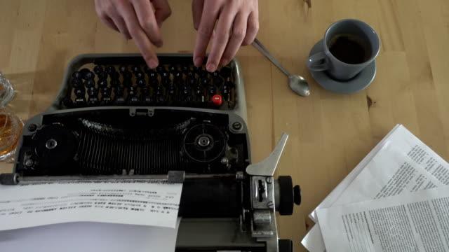 stockvideo's en b-roll-footage met schrijven van een boek op een oude typemachine - koffie drank