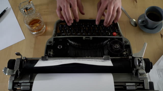 ein buch auf einer alten schreibmaschine zu schreiben - schreibmaschine stock-videos und b-roll-filmmaterial