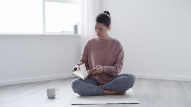 schreiben kann auch eine meditative praxis sein - full length stock-videos und b-roll-filmmaterial