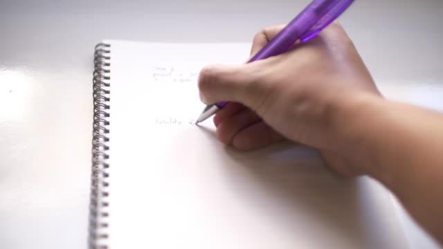 vídeos de stock, filmes e b-roll de slo mo escrevendo no bloco de notas - chegada
