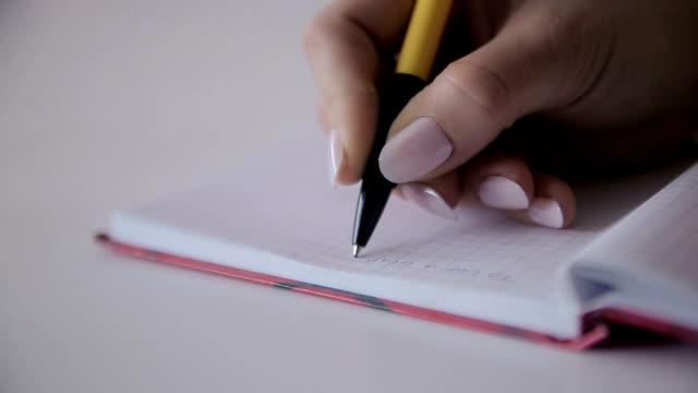 vídeos de stock, filmes e b-roll de escrever com uma caneta, close-up - lápis