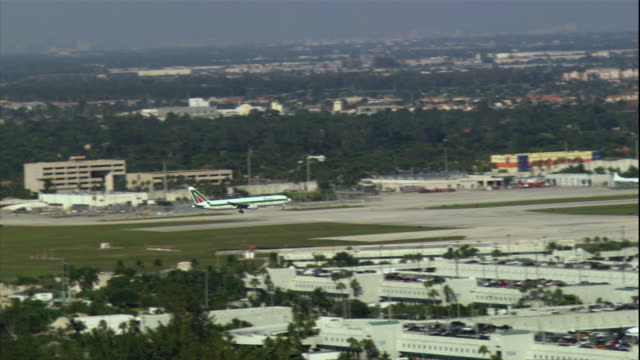 ws zo ts airplane landing at miami international airport / miami, florida, usa - フロリダ州点の映像素材/bロール