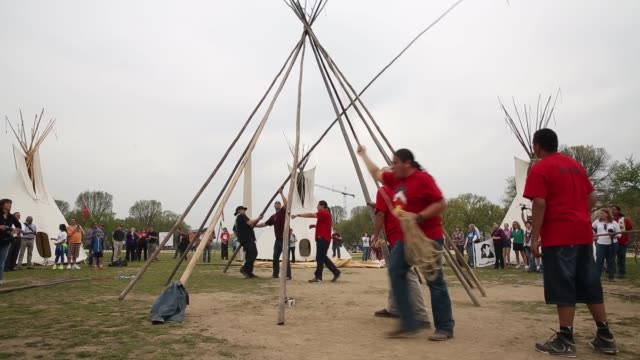stockvideo's en b-roll-footage met ws native americans work to erect a ceremonial tepee on the national mall during the protest members of the cowboy and indian alliance including... - recreatief paardrijden