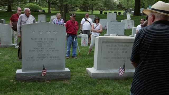 vídeos de stock e filmes b-roll de ws people listening to tour guide as part of arlington national cemetery 150th anniversary commemoration the cemetery partnered with anc tours by... - cemitério nacional de arlington