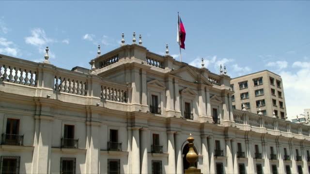 vídeos de stock e filmes b-roll de ws presidential palace / santiago, chile - chile