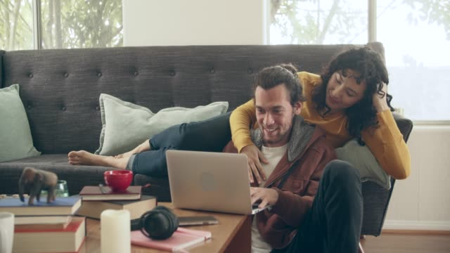 vidéos et rushes de ws young couple shopping online together - film cinématographique