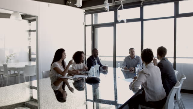 vidéos et rushes de ws_businesspeople having meeting in modern office space - tenue d'affaires décontractée