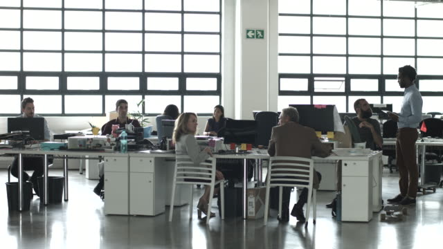 vidéos et rushes de ws_creative businesspeople talking in big open office - moderne