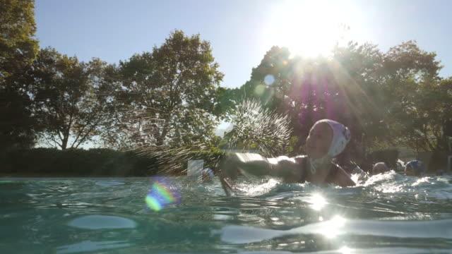 vídeos de stock, filmes e b-roll de ws_female waterpolo player shooting at the goal - touca de natação