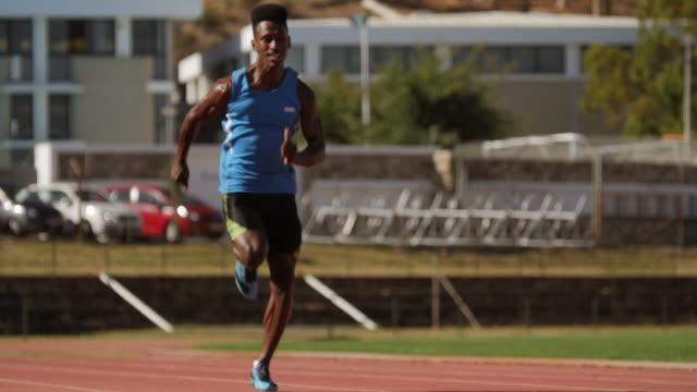 ws_male track athlete sprinting on track - 陸上競技大会点の映像素材/bロール
