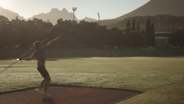 vídeos de stock e filmes b-roll de ws_male track athlete throwing javelin - focagem difusa