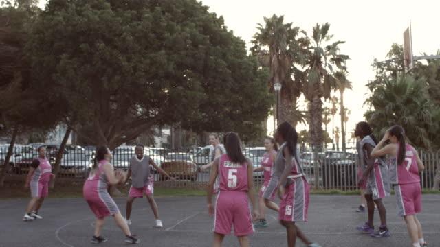 WS_STEADYCAM_Female basket team playing street basket