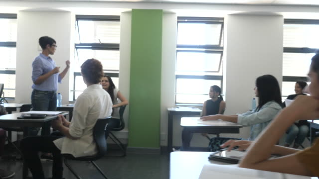 WS_Steadycam_Teacher explaining to class of students