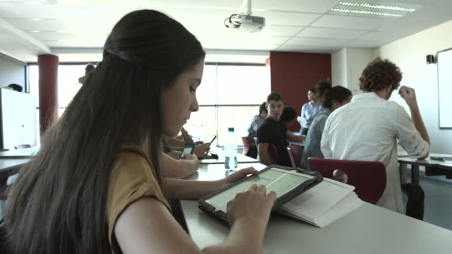 WS_Teacher explaining to class of students with tablets