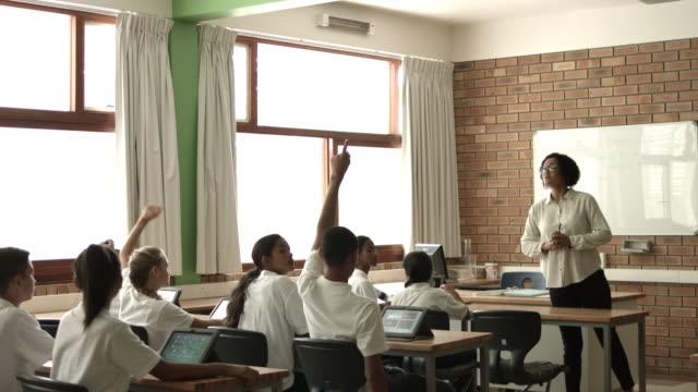 vídeos de stock, filmes e b-roll de ws_teacher teaching in biology class, using torso - mão levantada