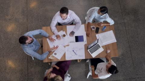 vídeos y material grabado en eventos de stock de ws_top view of creative businesspeople having meeting - conferencia