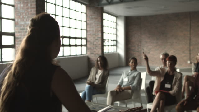 vidéos et rushes de ws_woman doing presentation at convention and taking questions - demander