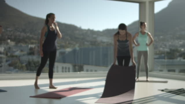 WS_Yoga students getting ready for class, at rooftop studio