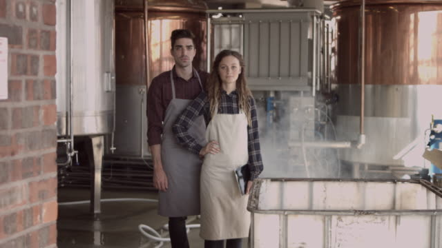 ws_young owners of small independent brewery - brauerei stock-videos und b-roll-filmmaterial