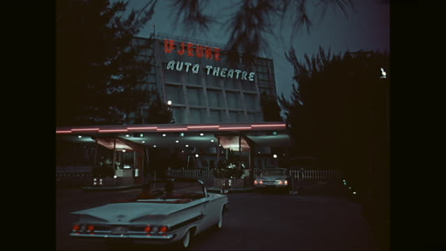 vidéos et rushes de wscars entering drive-in movie theater / united states - signalisation