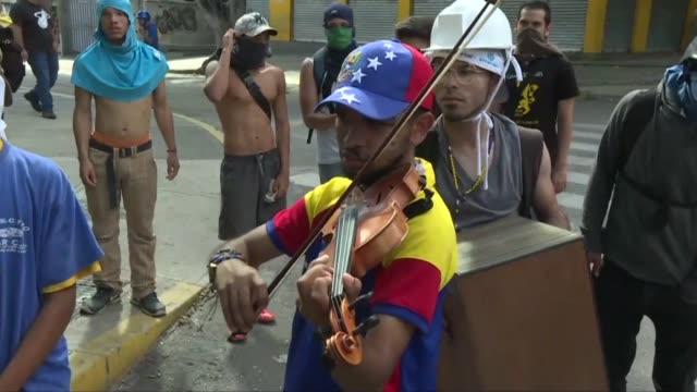 wuilly arteaga el joven venezolano que toca el violin durante las protestas contra el presidente nicolas maduro fue liberado la noche del martes... - acanthaceae stock videos & royalty-free footage