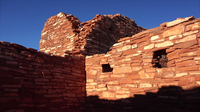 vídeos de stock e filmes b-roll de wupatki national monument ruins - pueblo cultura tribal da américa do norte