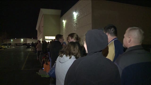 vídeos de stock, filmes e b-roll de crowds waiting in line at best buy on black friday on november 23 2012 in indianapolis indiana - viciado em compras