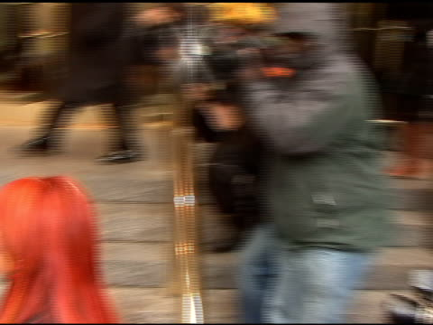vidéos et rushes de wynona judd talks with photographers as she arrives at the trump international hotel in new york 04/08/11 - wynonna judd