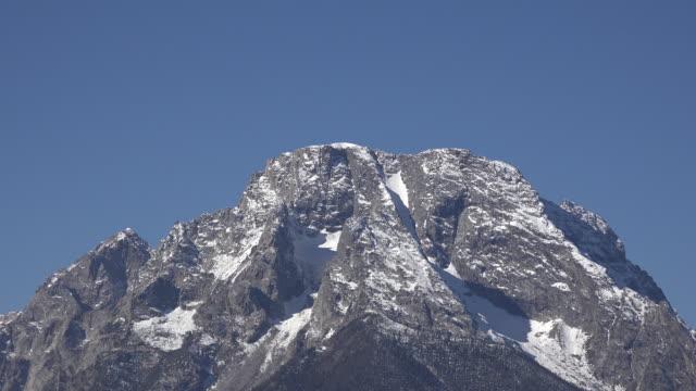wyoming dike on mount moran zoom out - モラン山点の映像素材/bロール
