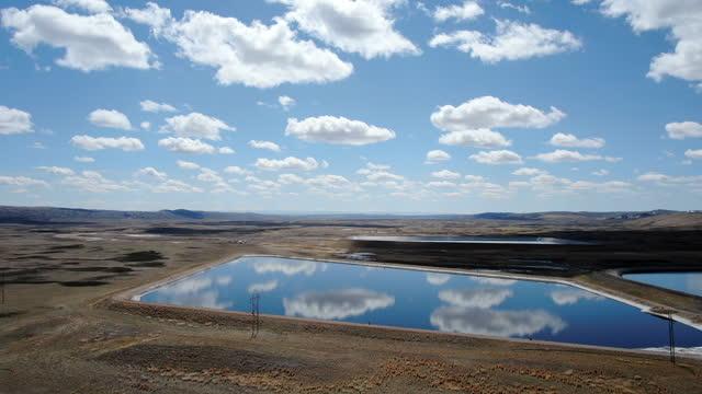 美しい雲と反射湖で満たされたワイオミングのスカイライン - スネーク川点の映像素材/bロール
