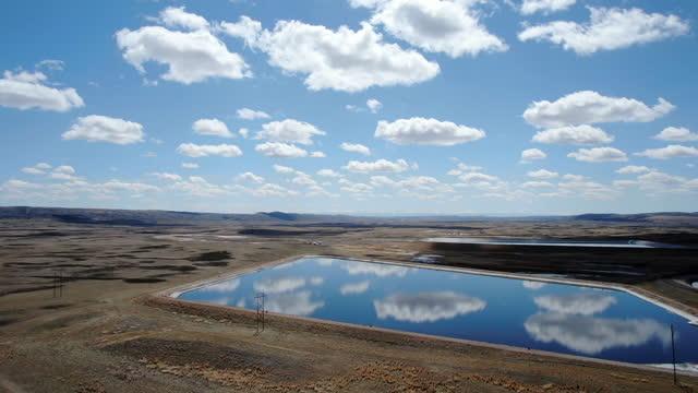 美しい雲と反射的な男が作った湖で満たされたワイオミングのスカイライン - グランドティトン国立公園点の映像素材/bロール