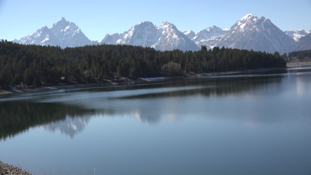wyoming teton peaks reflected in lake jackson - parco nazionale del grand teton video stock e b–roll