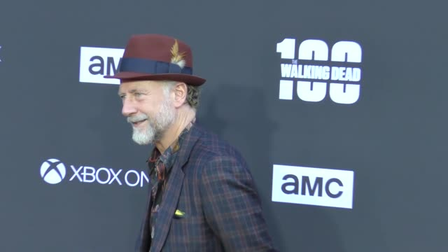 "xander berkeley & sarah clarke at amc's ""the walking dead"" 100th episode - season 8 special premiere screening at the greek theatre on october 22,... - 女優 サラ クラーク点の映像素材/bロール"