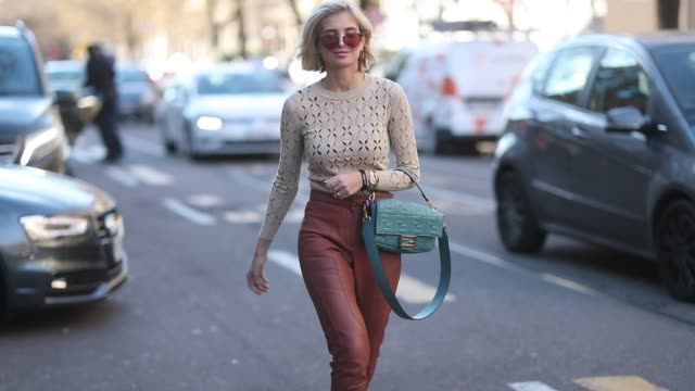 vidéos et rushes de xenia adonts is seen wearing beige top brown leather pants fendi bag white boots sunglasses outside fendi is seen during milan menswear fashion week... - collection automne hiver