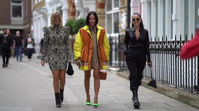 vídeos de stock, filmes e b-roll de xenia adonts tiffany hsu and evangelie smyrniotaki are seen during london fashion week september 2019 on september 16 2019 in london england - xenia van der woodsen