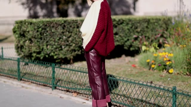 vídeos de stock, filmes e b-roll de xenia adonts wearing bordeaux cuffed leather pants yellow red two tone knit white sandals is seen outside maison margiela during paris fashion week... - xenia van der woodsen