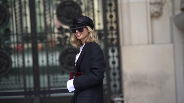 vídeos de stock, filmes e b-roll de xenia adonts wears a beret hat sunglasses an oversized blazer jacket a white shirt black shoes outside cerruti during paris fashion week menswear... - xenia van der woodsen