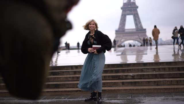 vídeos de stock, filmes e b-roll de xenia adonts wears a black fluffy coat a blue lace ruffled dress black boots during paris fashion week haute couture spring summer 2020 on january 23... - xenia van der woodsen