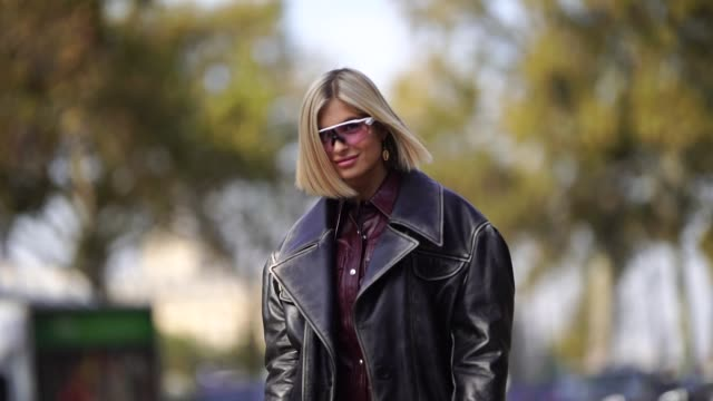 vídeos de stock, filmes e b-roll de xenia adonts wears a black leather jacket a burgundy leather dress a white chloe bag leather boots outside balmain during paris fashion week... - xenia van der woodsen